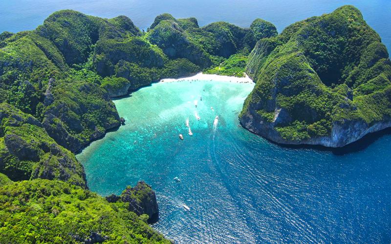 ภาพมุมสูงที่ทำให้เห็นทางเข้าอ่าวมาหยา เกาะพีพีเล จังหวัดกระบี่