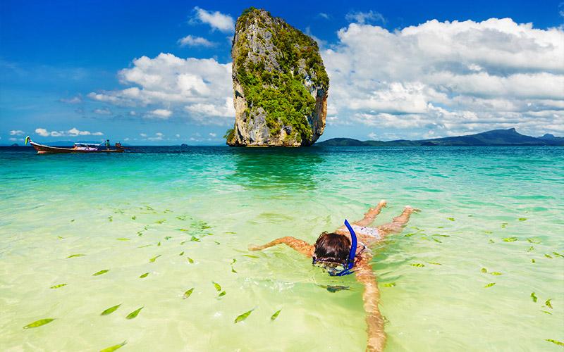 เล่นน้ำกับปลาตัวเล็กๆ ที่ ด้านหน้า เกาะ ตังหมิง
