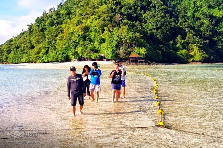 พาครอบครัว เช่าเหมาลำเรือหางยาว เที่ยว 4 เกาะ ทะเลแหวก กระบี่