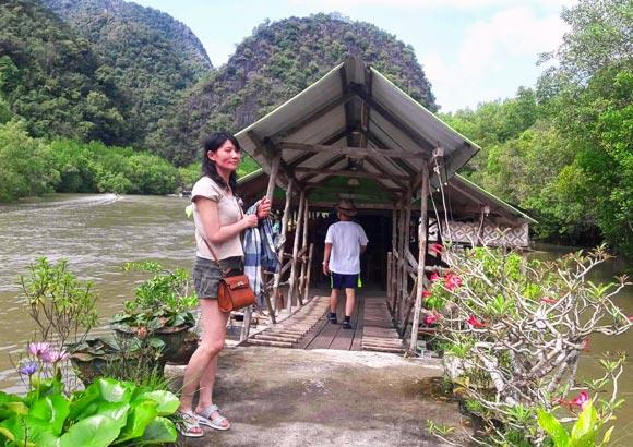 ร้านอาหาร คายัคบ่อท่อ กลางน้ำ